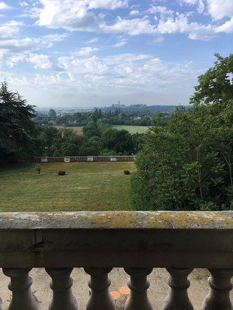 Varades, Francia: View from our room over palace gardens