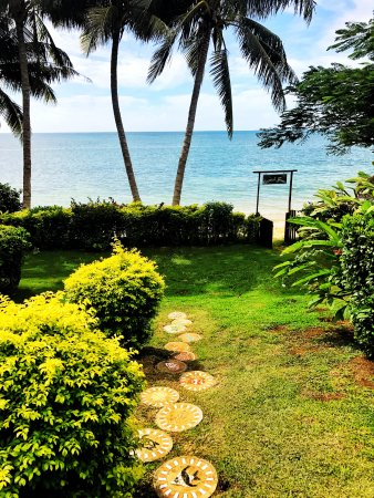 Coconut Grove Beachfront Cottages: Through the gardens and into the ocean.