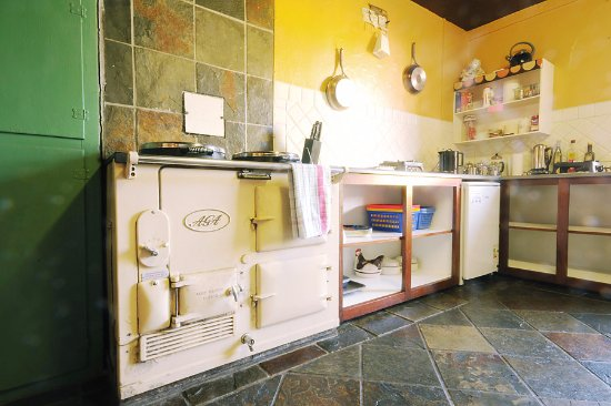 Kenmare Failte Hostel: Our fully equipped kitchen with Aga cooker that is always on-cosy!