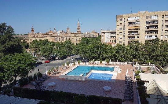 Vista dal 5 piano su piscina e piazza di spagna picture for Piscina melia lebreros sevilla