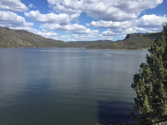 Prineville Reservoir State Park: The view up the reservoir