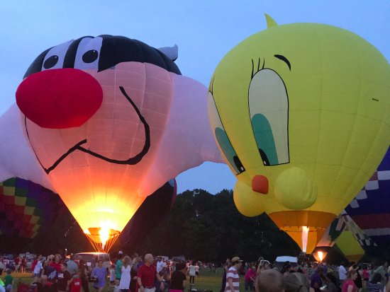 Decatur, AL: The captain of the Sylvester balloon had a costumed Sylvester character for photo ops