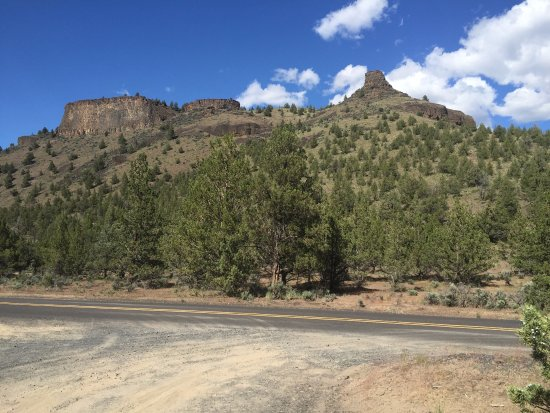 Crooked River Scenic Drive: Cobblestones and the chimney