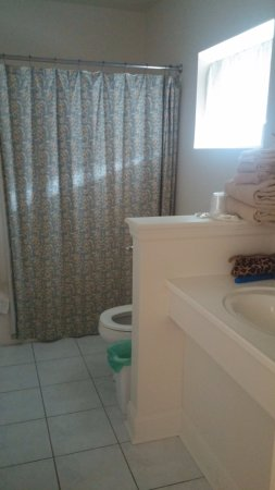 Elizabeth, IL: FULL bathroom
