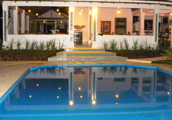 Ojochal, Kosta Rika: Night view of our swimming pool