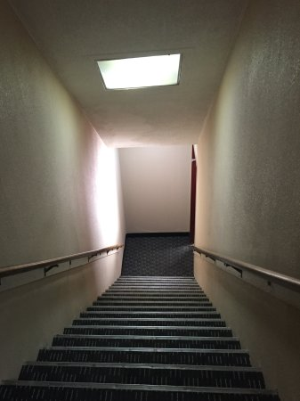 Econo Lodge: Dreary, steep staircase to room