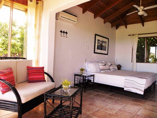 Ojochal, Costa Rica: Junior Suite sitting area. Vista parcial del la Suite.