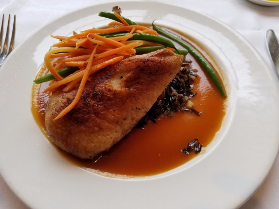 Roslyn, Νέα Υόρκη: Crispy duck on a bed of wild rice and a melage of vegetables. Yummy! Duck was juicy:-)