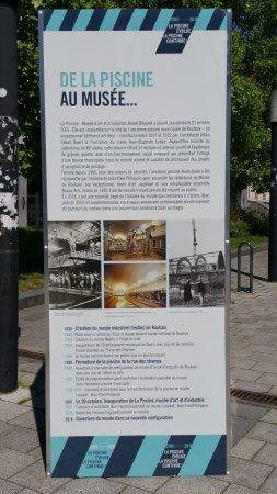 Roubaix, France: Panneau sur l'histoire du musée