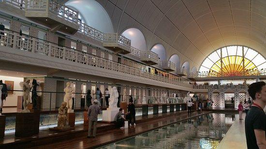 Roubaix, France: Partie centrale du musée