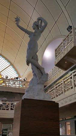 Roubaix, France: Une des multiples statues au bord du bassin
