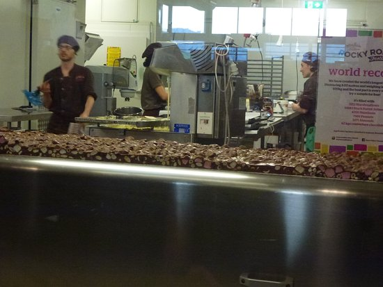 Yarra Glen, Australië: Workers behind the large windows and the Rocky Road on show.