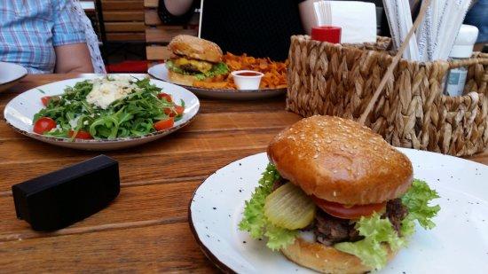 Die Kuh die lacht: Classic und Cheeseburger frisch auf den Tisch