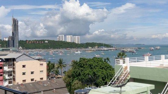ベイウォーク レジデンス パタヤ, 7階屋上プールエリアからの眺め