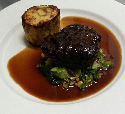 Hawthorn, Australien: Braised beef cheek, sage and bacon pudding, sautéed Brussel sprouts