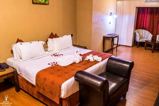 Hotel Waterbuck Nakuru: Executive Suite room setting. spacious and clean