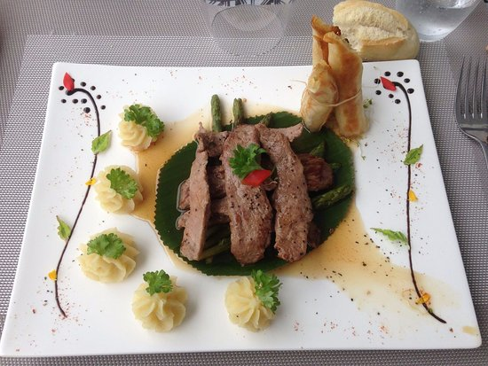 Uturoa, بولينيزيا الفرنسية: agneau en aiguillettes laquées miel Raiatea asperges vertes justes rôties
