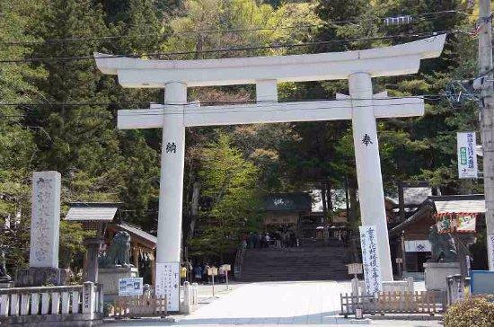 Suwa Shrine: 境内入口の鳥居
