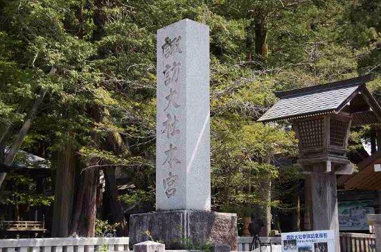 Suwa Shrine: 諏訪大社本宮の石柱