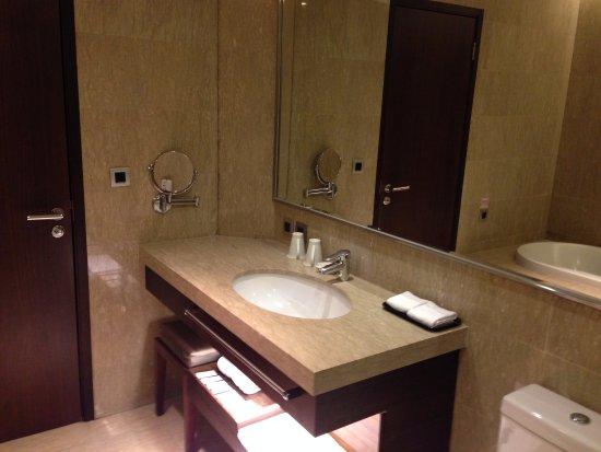 Taipung Suites: 洗手台及整面的大鏡子