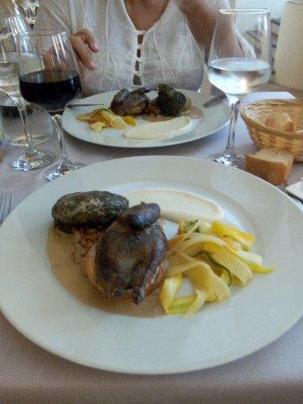 Cadenet, Fransa: Pigeon rôti aux câpres et au lard, chou vert farci : délicieux !