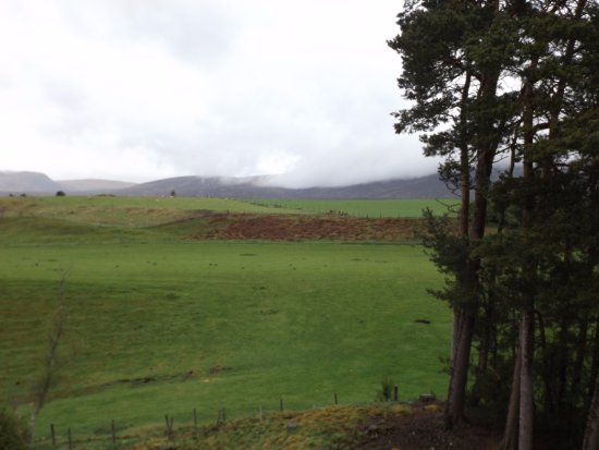 Ard-na-Coille Guest House: View from room, hills covered in cloud.