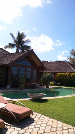 Ho'oilo House: Standing on the garden looking at the pool and common room