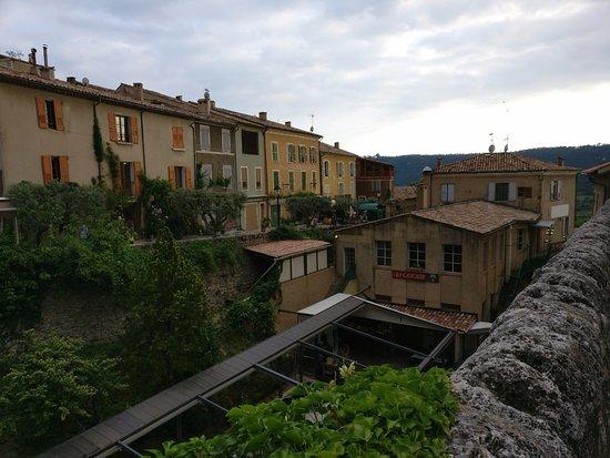 Le Relais: Vista dalla piazza del paese