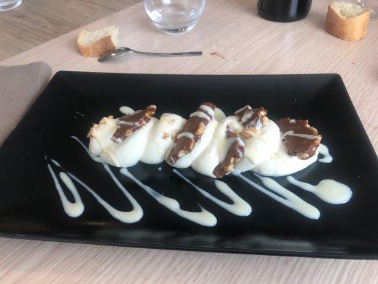 Chemille, France: Duo cacahuète et mousse au chocolat blanc