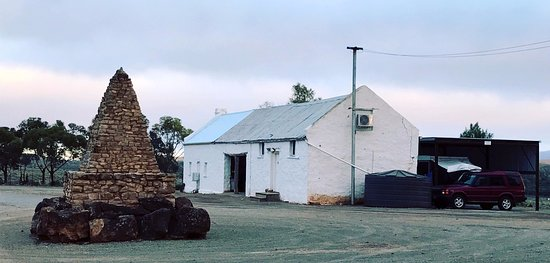 Flinders Ranges, Australien: The Ernest Giles Expedition memorial and the units at Beltana