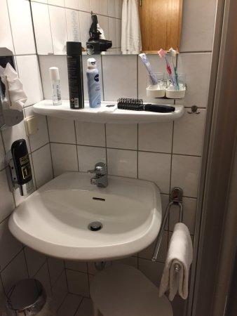 Pobershau, Germany: Winziges Bad in Zimmer 22