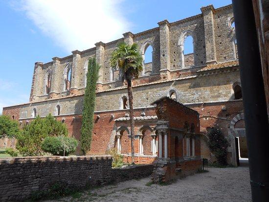 Chiusdino, Italia: Vue extérieure de l'Abbaye de San Galgamo