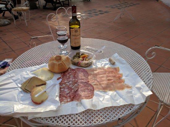 Hotel Il Bargellino: Enjoying a picnic antipasti on the terrace