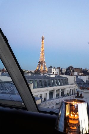 le vue sur la tour eiffel juste au coucher du soleil photo de l 39 oiseau blanc restaurant paris. Black Bedroom Furniture Sets. Home Design Ideas