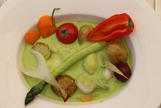 Herbignac, Prancis: Joues de raie poêlées, beurre d'herbes au salicorne, pommes de terre cuite en cocotte