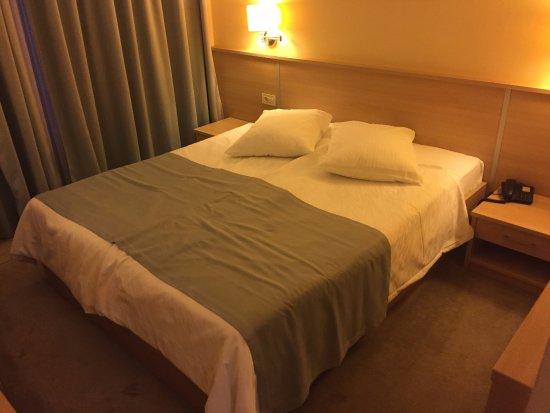 Hotel Quercus: la chambre standard, literie récente et confortable