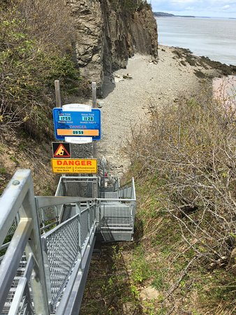 Waterside, Canada: Lots of stairs down to beach