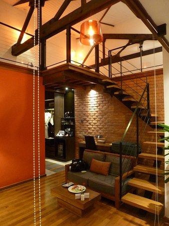 Espace salon/bureau au rez de chaussée et la chambre en mezzanine ...