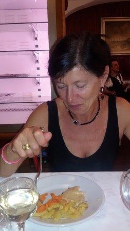 Narzole, Italien: La Rosy al lavoro di coltello e forchetta