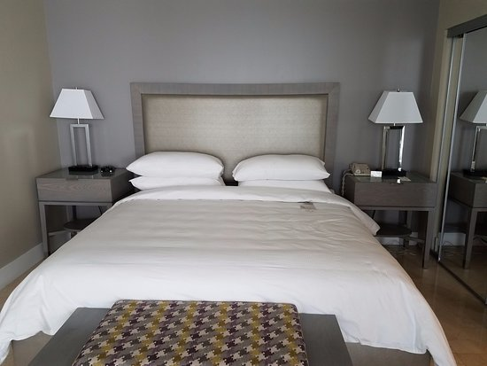 Doubletree by Hilton Grand Hotel Biscayne Bay: King Size Bed, floor to ceiling mirrored closet doors, safe in closet