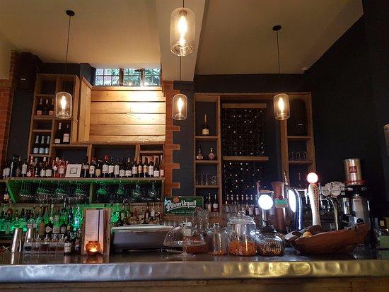 Buckingham, UK: Bar area at the back of the restaurant
