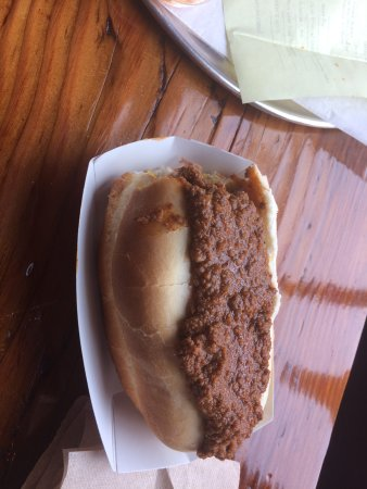New Britain, Коннектикут: The House Dog - Doesn't look like much but under the chili are peppers and mustard