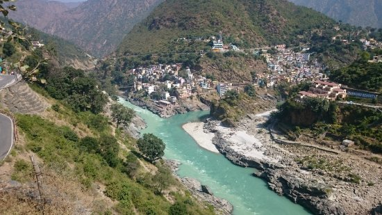 ‪‪Devprayag‬, الهند: suspension bridge across the Bhagirathi in the background. Devprayag clearly seen.‬