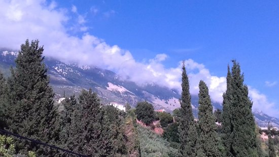 Lourdata, Grecia: Mountains at back of hotel