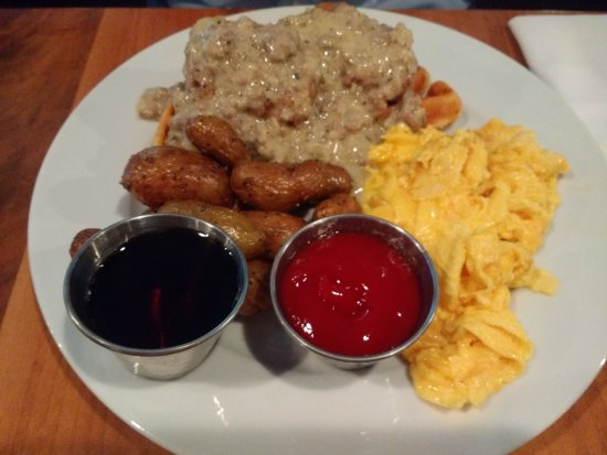 Commonwealth Restaurant & Skybar : Chicken and Waffles with Sausage Gravy