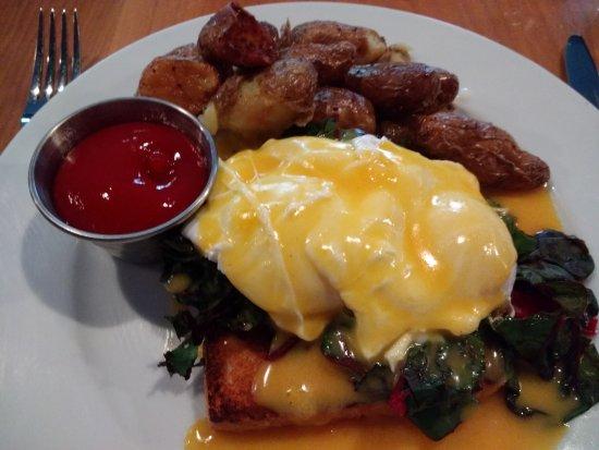 Commonwealth Restaurant & Skybar : Eggs Benedict over Greens