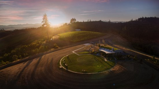 Yamhill, Oregón: Sun sets above the tasting room and labyrinth at Fairsing Vineyard