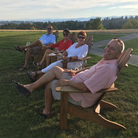 Yamhill, Oregón: Guests enjoying the wines and view at Fairsing Vineyard