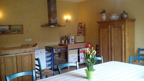 Ruoms, France: Une cuisine salle à manger toute équipée à disposition exclusive de nos hôtes