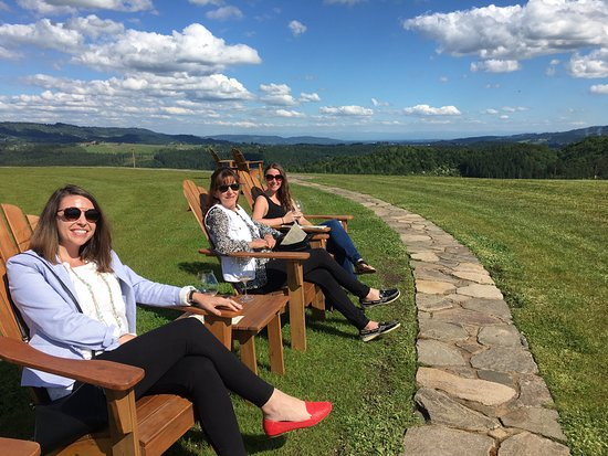 Yamhill, Oregón: Guests enjoying the wine, sunshine and view at Fairsing Vineyard